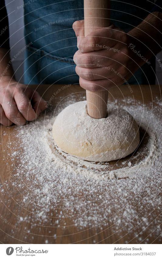 Getreidemann bereitet Rosca de Reyes vor Koch Teigwaren Mehl rosca de reyes Backwaren Tradition Spanisch Bäckerei Tisch Lebensmittel Brot Zutaten Vorbereitung