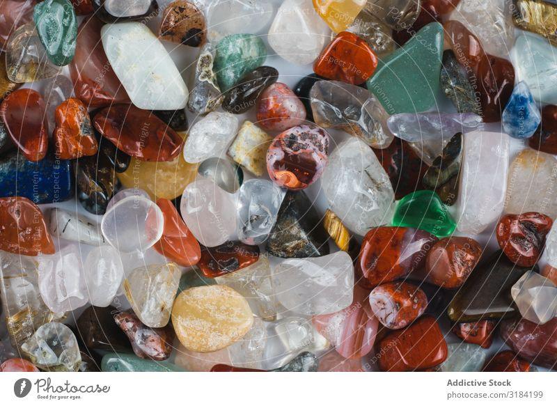 Haufen von Fluoritsteinen mehrfarbig Stein roh Mineral natürlich Edelstein Quarz halbedel Juwel Felsen Kulisse sanft Anhäufung Material Sammlung Kieselsteine