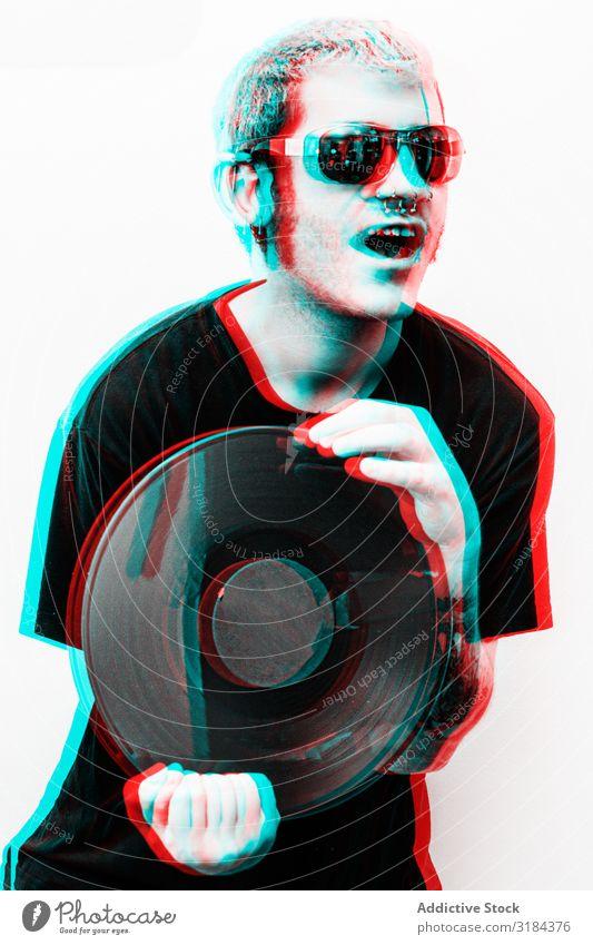 Dreidimensionales Foto des Mannes mit Vinylplatte Schickimicki Schallplatte Glück Halt Lifestyle Jugendliche gutaussehend gelungen Coolness Freude heiter Stil