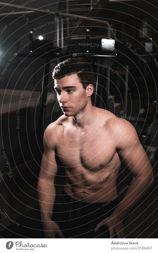 junger Fitnesstyp, der sich in der Turnhalle ausruht. Gesundheit muskulös Sporthalle aussruhen Kraft physisch Bodybuilder Athlet sportlich Training Bodybuilding