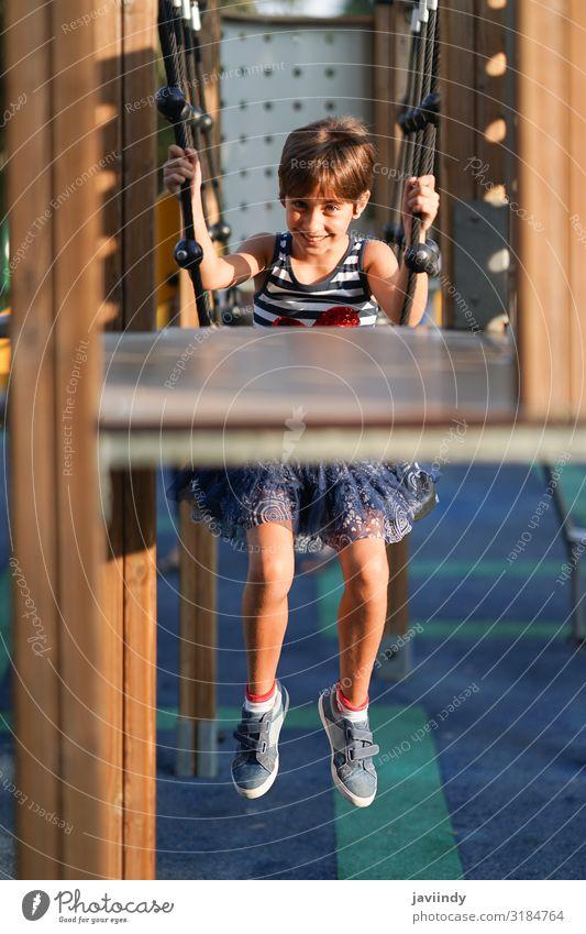 Kleines Mädchen, acht Jahre alt, das sich im Freien amüsiert. Stil Freude Glück schön Gesicht Spielen Ferien & Urlaub & Reisen Freiheit Sommer Kind Schulkind