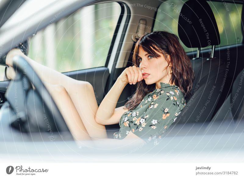 Frau ruht in einem Auto und zieht ihre Füße aus dem Fenster Lifestyle Freude Glück schön Erholung Freizeit & Hobby Ferien & Urlaub & Reisen Ausflug Mensch