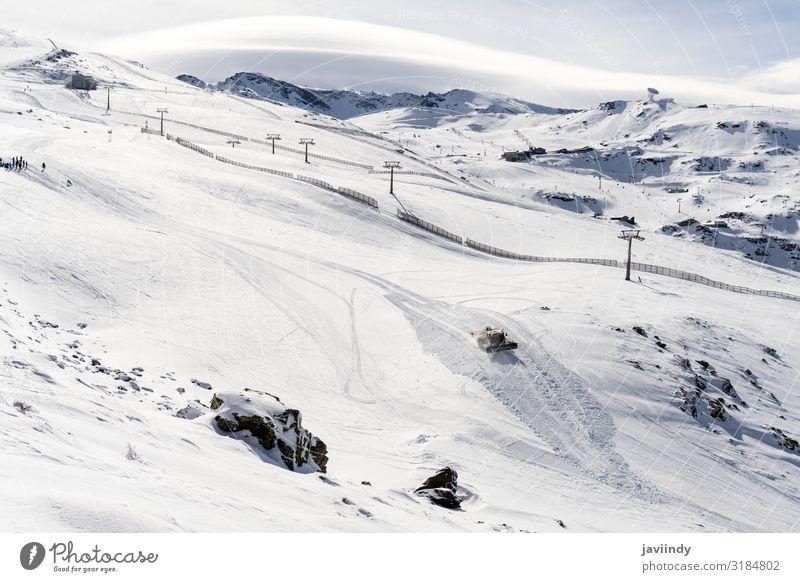 Skigebiet der Sierra Nevada im Winter, voller Schnee. schön Ferien & Urlaub & Reisen Tourismus Berge u. Gebirge Sport Skifahren Natur Landschaft Himmel Gebäude