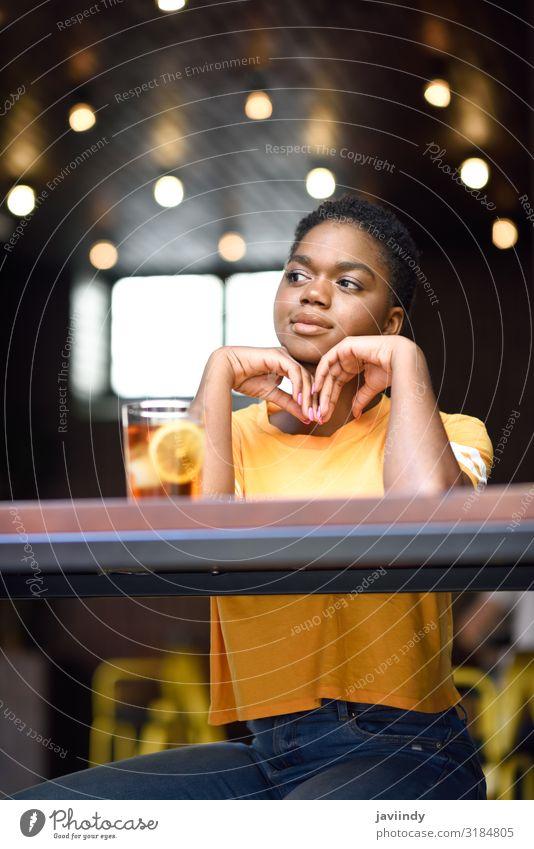 Junge schwarze Frau mit sehr kurzen Haaren, die ein Glas kalten Tee trinkt. Lifestyle Stil Glück schön Haare & Frisuren Gesicht Tisch Restaurant Mensch feminin