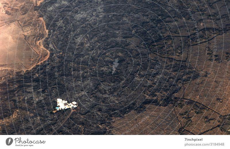 Luftbild Lanzarote Menschenleer Überflug Haus Pool Lava Lavafeld Textfreiraum oben Textfreiraum Mitte Farbfoto Natur Landschaft Vulkan Urelemente Braun
