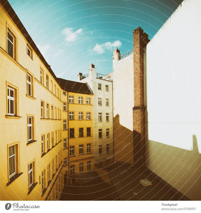 Berlin von hinten Haus Hauptstadt Mauer Wand Fenster Dach Schornstein Stein Glas blau braun gelb rot Innenhof Gedeckte Farben Außenaufnahme Menschenleer Morgen