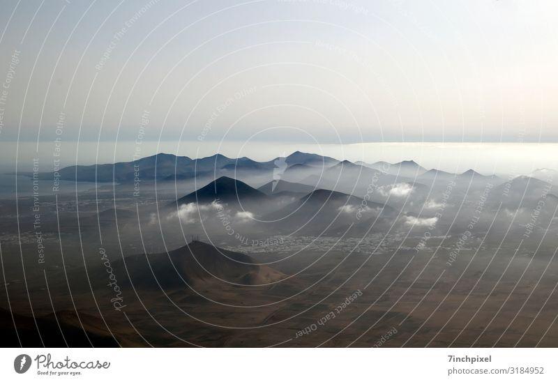 Zweite Heimat Ferne Berge u. Gebirge Natur Landschaft Himmel Wolken Nebel Gipfel Vulkan Flugzeugausblick fliegen blau braun schwarz weiß erleben Farbfoto
