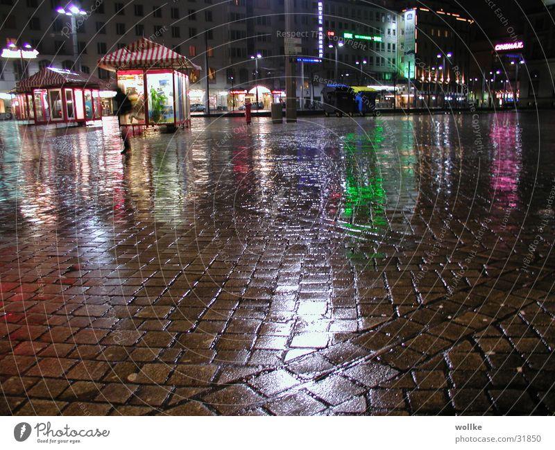nächtliche regenreflexionen Regen Platz Club Neonlicht flüchten