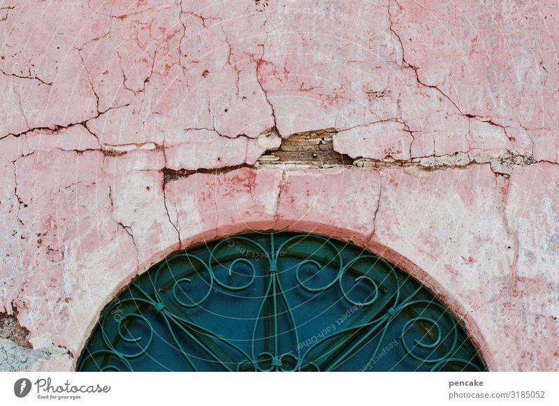 alt | ehrwürdig Fassade mediterran rosa Risse Bogen Pforte Wand Mauer Gebäude Fenster Architektur Tür historisch Altstadt Außenaufnahme Italien Putz verfallen