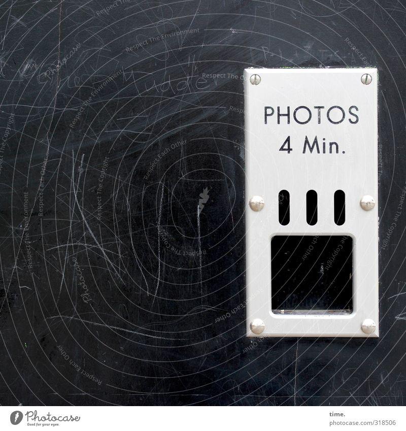 Pilgerstätte Hütte Fotoautomat Mauer Wand Ausgabefach Blech Blechschild Schraube Niete Loch Lochblech Zeichen Schriftzeichen Ziffern & Zahlen