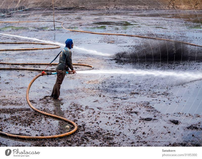 Reinigung des Schlamms am Boden des Teiches Arbeit & Erwerbstätigkeit Mensch Mann Erwachsene Körper 1 30-45 Jahre Natur Landschaft dreckig nass natürlich