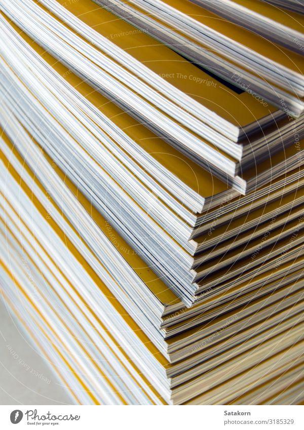 Stapel gelber Monatsmagazine Freizeit & Hobby lesen Zeitung Zeitschrift Buch Bibliothek Papier Sammlung weiß Magazin monatlich Anhäufung Hintergrund Bildung