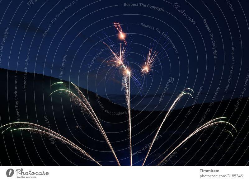 Noch 11:58 Stunden Silvester u. Neujahr Himmel Wald Hügel Linie leuchten dunkel einfach blau gelb grün violett schwarz Lebensfreude Feuerwerk Knall Farbfoto