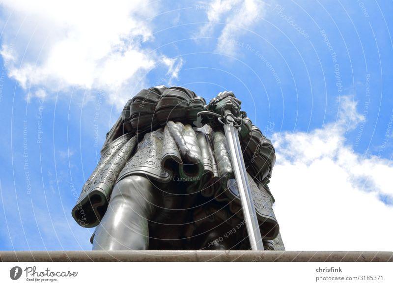 Statue mit Schwert von unten gegen blauen Himmel 1 Mensch Kunst Skulptur Stadt Stadtzentrum Burg oder Schloss Marktplatz Bauwerk Aggression ästhetisch sportlich