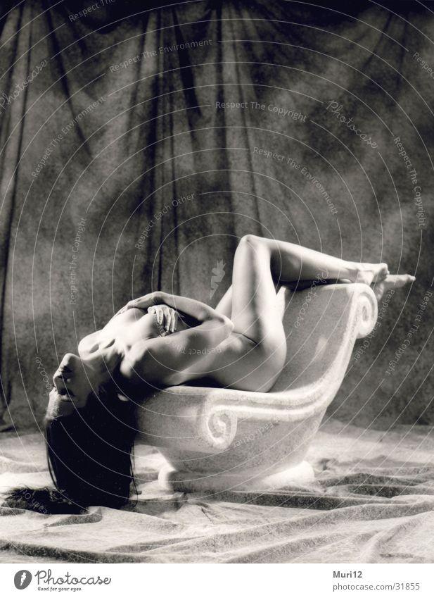 Weibliche Hingabe Frau Akt Jugendliche schön feminin Erotik nackt liegen Beautyfotografie Körperhaltung 18-30 Jahre Säule langhaarig Junge Frau gestellt