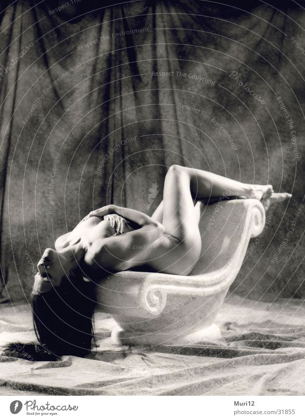 Weibliche Hingabe Frau Nackte Haut Körperhaltung Schwarzweißfoto Säule Akt Weiblicher Akt feminin Frauenkörper schön begehrenswert reizvoll langhaarig