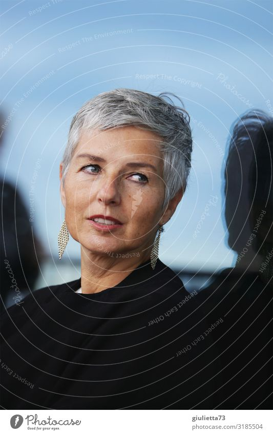 Stylisch, schöne Frau, zeitlose Eleganz, 50+ Erwachsene Weiblicher Senior Leben 1 Mensch 45-60 Jahre Ohrringe grauhaarig kurzhaarig beobachten Lächeln Blick