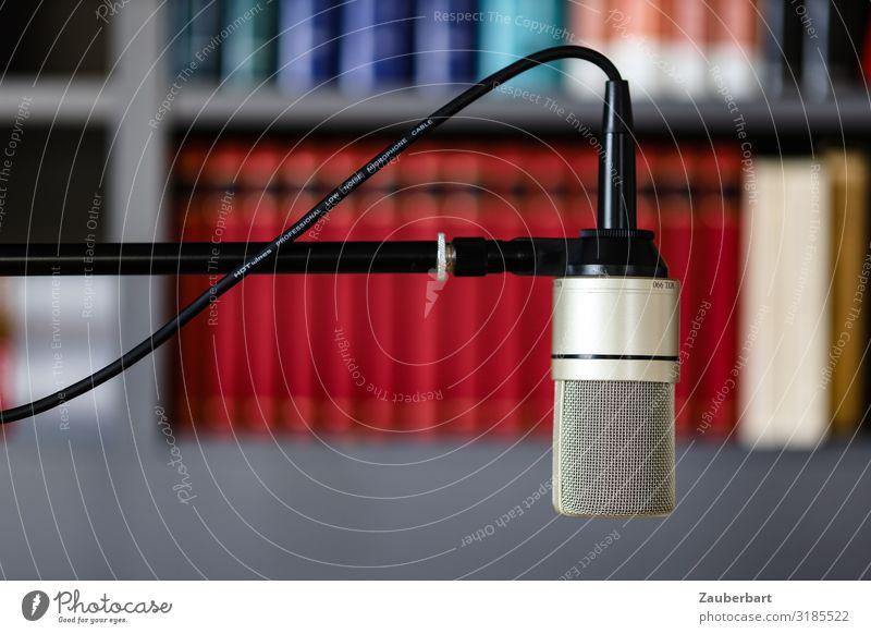 Podcasting / Mikrofon Medienbranche Mikrofonkabel Buch Bücherregal Kommunizieren sprechen einfach modern grau rot silber Interesse kompetent Kultur Farbfoto