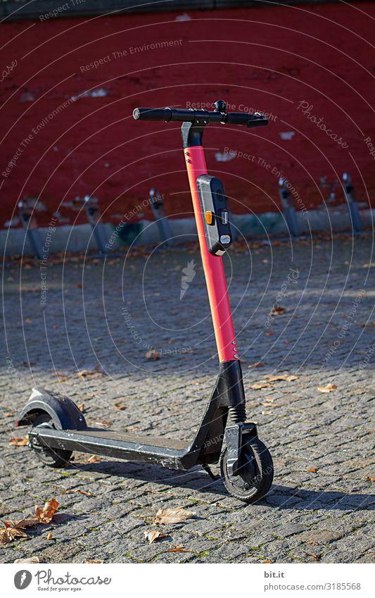 E-Roller parkt auf dem Gehweg. Freizeit & Hobby Ferien & Urlaub & Reisen Tourismus Ausflug Freiheit Sightseeing Städtereise Mauer Wand Fassade Verkehr