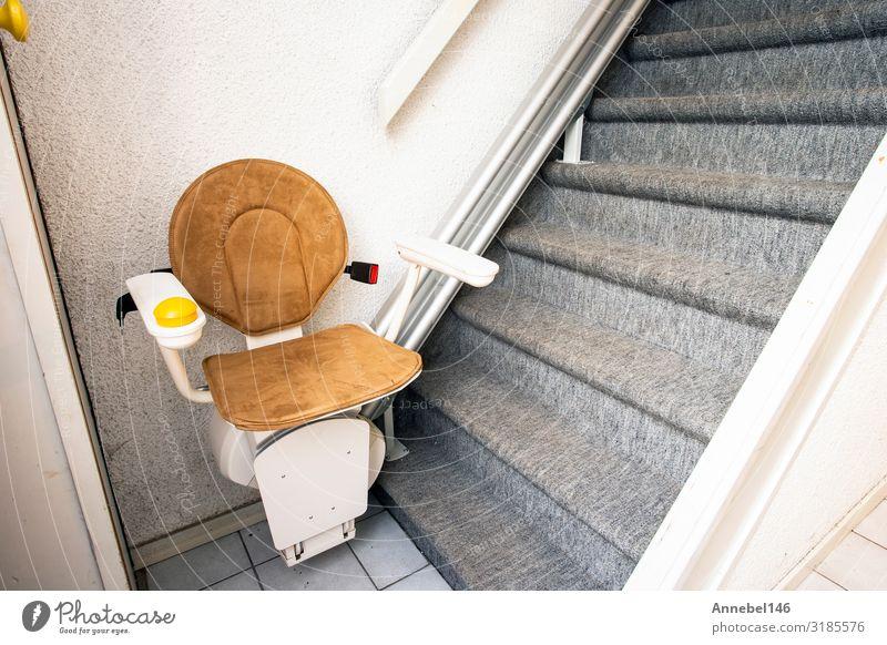 Automatischer Treppenlift auf einer Treppe für ältere und behinderte Menschen Lifestyle Design Wohnung Haus Stuhl Gebäude Architektur Fahrstuhl alt modern