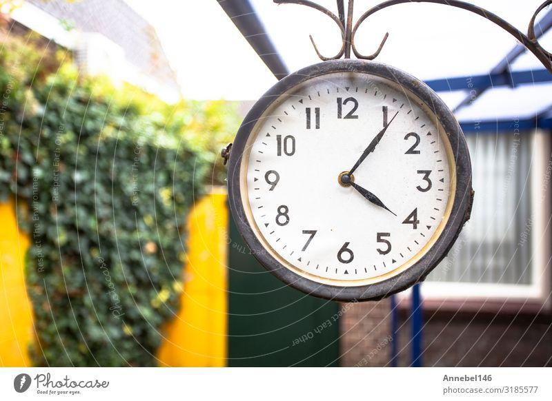 Antike Uhr im Vintage-Stil, außen an der Wand hängend elegant Design Gesicht Ferien & Urlaub & Reisen Haus Dekoration & Verzierung Hand Kunst Blüte Stadt