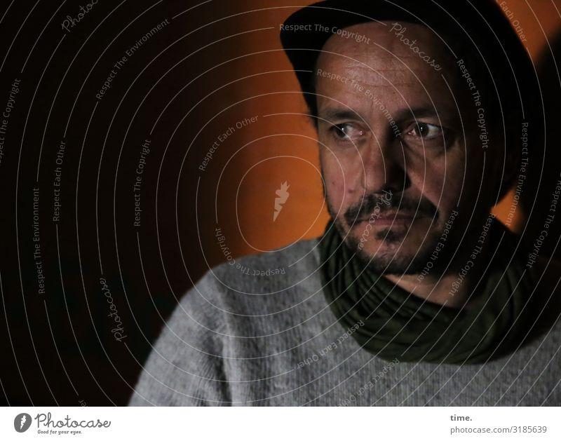 in Gedanken Mensch Mann ruhig dunkel Erwachsene Denken Stimmung Raum maskulin warten beobachten entdecken Sehnsucht Gelassenheit Konzentration Mütze