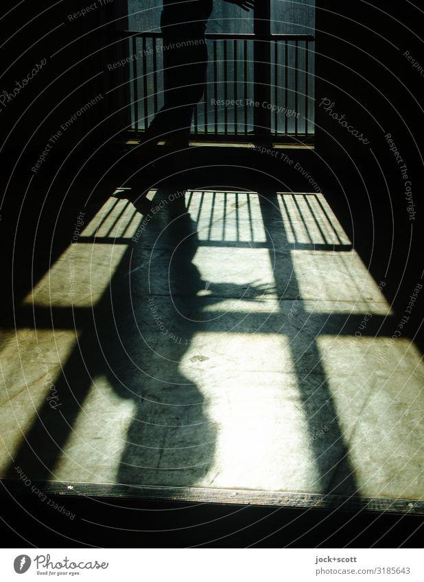 scheinbar nun relativ feminin 1 Mensch DDR Wärme Treptow Bürogebäude Fenster Treppenhaus Bodenbelag Linie Streifen Denken stehen dünn unten braun Gefühle