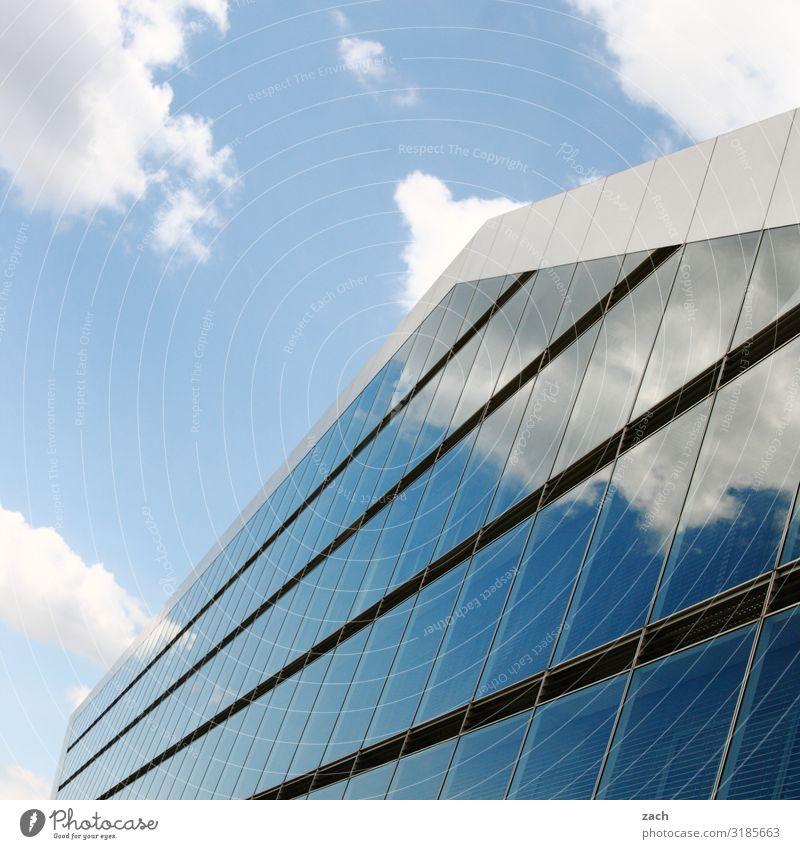 geteilter Himmel Wolken Schönes Wetter Haus Hochhaus Industrieanlage Gebäude Architektur Fassade Spiegel Glas Linie Stadt Spiegelbild Reflexion & Spiegelung