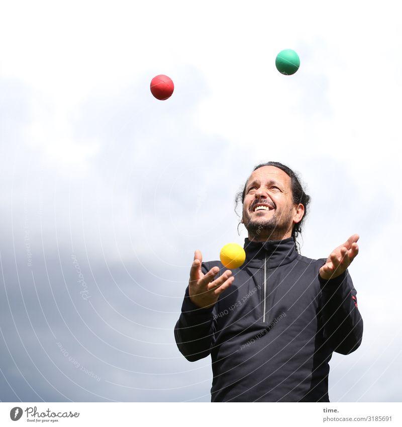 Systemischer Ansatz Fitness Sport-Training jonglieren Jongleur maskulin Mann Erwachsene 1 Mensch Himmel Wolken Pullover brünett langhaarig Zopf Vollbart Ball