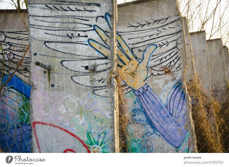 Schutzengel in Teilen Straßenkunst Efeu Berlin-Mitte Sehenswürdigkeit Berliner Mauer Bekanntheit historisch kaputt Stimmung friedlich Solidarität Inspiration