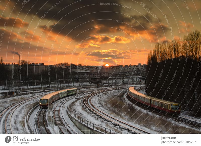 warmer Frost und Schnee Wolken Winter Klimawandel Schienenverkehr S-Bahn Gleise Bahnanlage fahren außergewöhnlich glänzend Kitsch natürlich orange Stimmung
