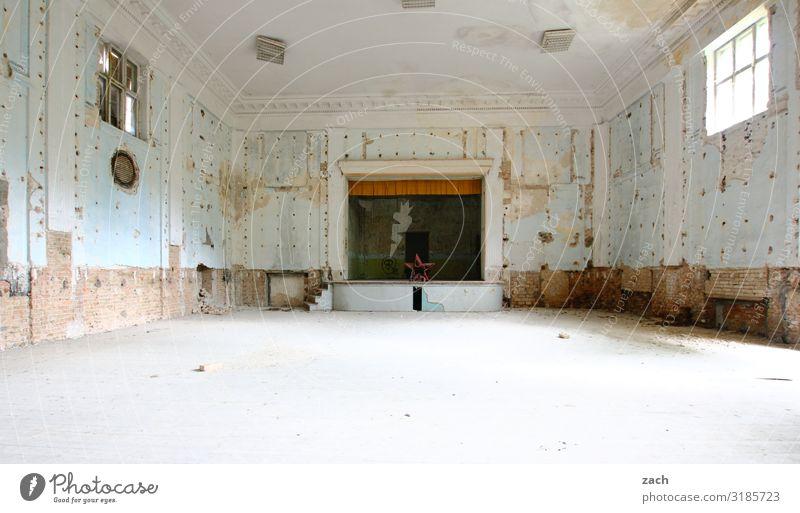 Russendisko alt weiß Haus Fenster Innenarchitektur Party Kultur leer Vergänglichkeit kaputt historisch Vergangenheit Tanzveranstaltung Bauwerk Verfall