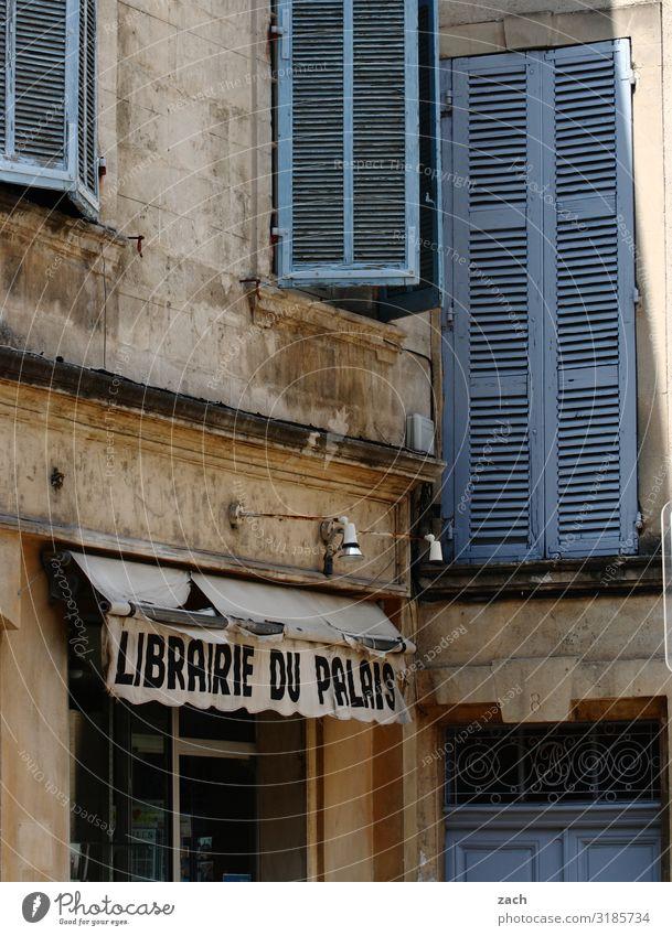 Librairie Handel Buch Bibliothek Frankreich Dorf Kleinstadt Stadt Stadtzentrum Altstadt Fußgängerzone Haus Mauer Wand Fassade Fenster Tür Rollladen Zeichen