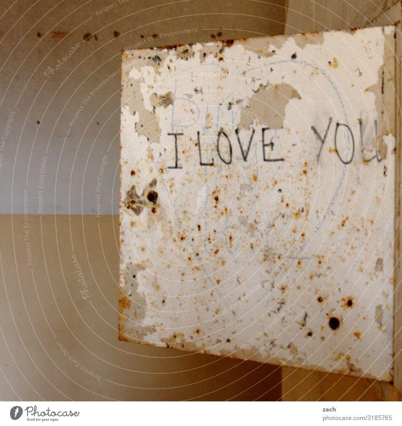 Liebeserklärung alt Haus Graffiti Wand Mauer braun Fassade Häusliches Leben Schriftzeichen Romantik Vergänglichkeit kaputt Vergangenheit Zeichen Verfall