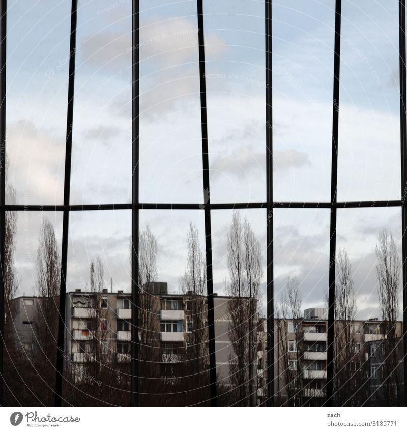 Berlin-Allee Himmel Wolken Baum Stadt Hauptstadt Stadtzentrum Stadtrand bevölkert Haus Hochhaus Gebäude Mauer Wand Fassade Balkon Linie Häusliches Leben dunkel