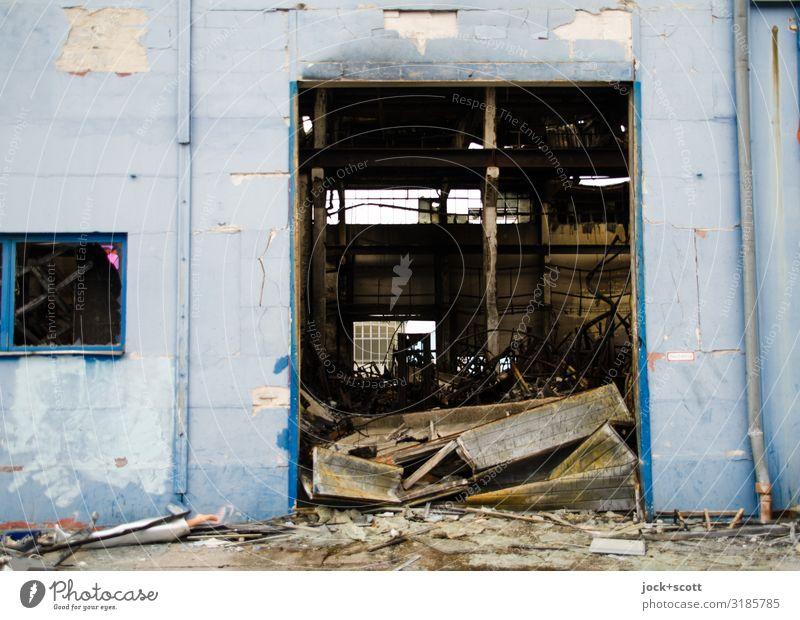 fertig ausgebrannte Lagerhalle Güterverkehr & Logistik Ruine Wand Tor Müll Spuren Brandzeichen Beton authentisch dreckig kaputt trashig trist blau Stimmung