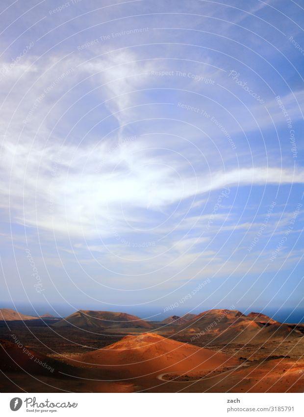 Feuerberge III Himmel Ferien & Urlaub & Reisen blau schön Landschaft rot Reisefotografie Ferne Berge u. Gebirge dunkel braun Sand Insel Hügel Vulkan Kanaren
