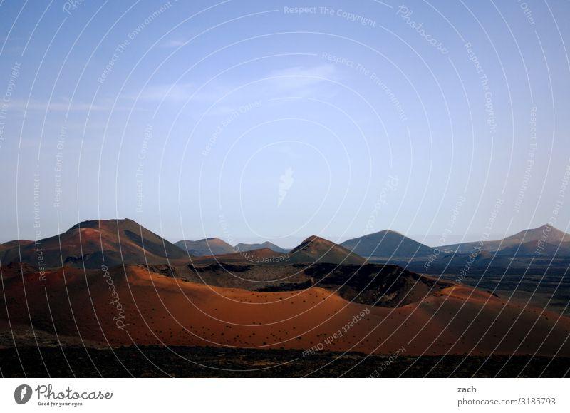 Feuerberge Himmel Ferien & Urlaub & Reisen blau schön Landschaft rot Reisefotografie Ferne Berge u. Gebirge dunkel braun Sand Insel Hügel Vulkan Kanaren
