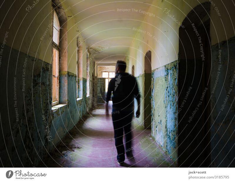 Korridor Mann Erwachsene 1 Mensch lost places Brandenburg Gebäude Heilstätte Flur gehen authentisch dreckig historisch lang Gefühle Tapferkeit Verschwiegenheit
