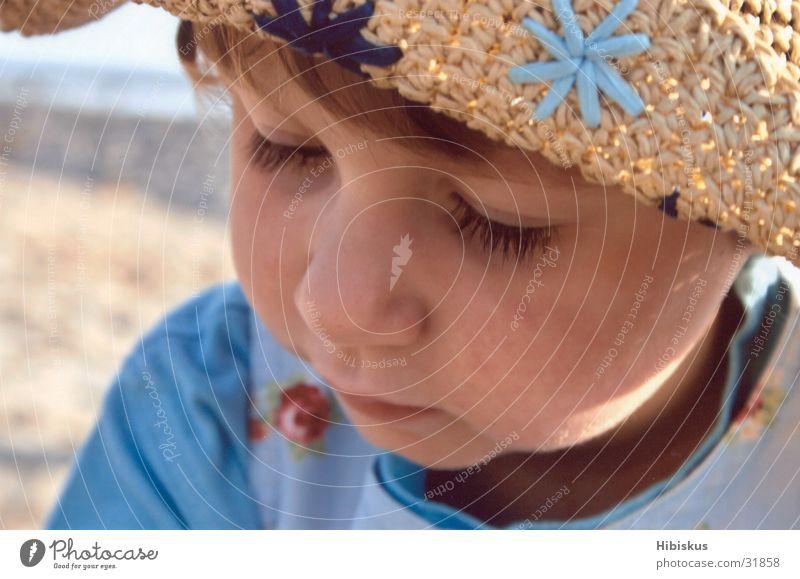 Hutgesicht Kind Mädchen Sonne Strand Ferien & Urlaub & Reisen Spielen träumen Hut genießen Ostsee