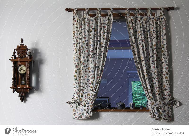 der volle Durchblick! Lifestyle Häusliches Leben Wohnung Innenarchitektur Uhr Wohnzimmer Mauer Wand Fenster Zeit Uhrenzeiger Vorhang Zeichen Ziffern & Zahlen
