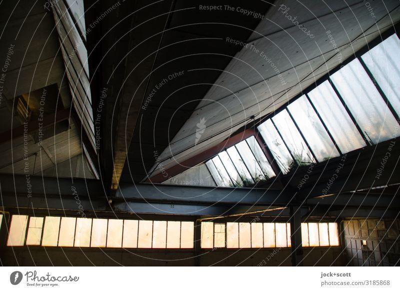 Nachhall durch Licht in Halle lost places Ruine Dach Fensterfront Symmetrie Vergangenheit DDR Zahn der Zeit Lichteinfall verfallen Strukturen & Formen Schatten
