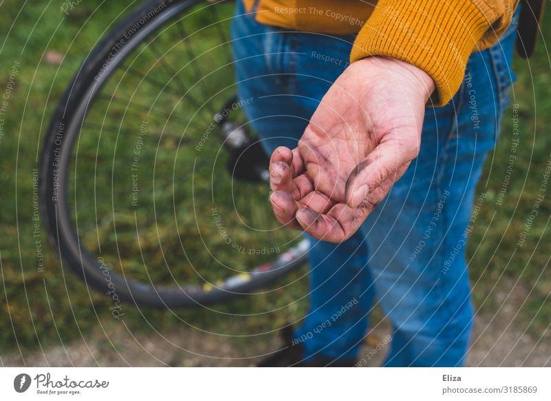 Ein Mann hat dreckige Hände nachdem er sein Fahrrad repariert hat Fahrradfahren Reparatur Fahrradreifen Hand Öl fahrradreparatur Reifenpanne Dreckspatz Farbfoto