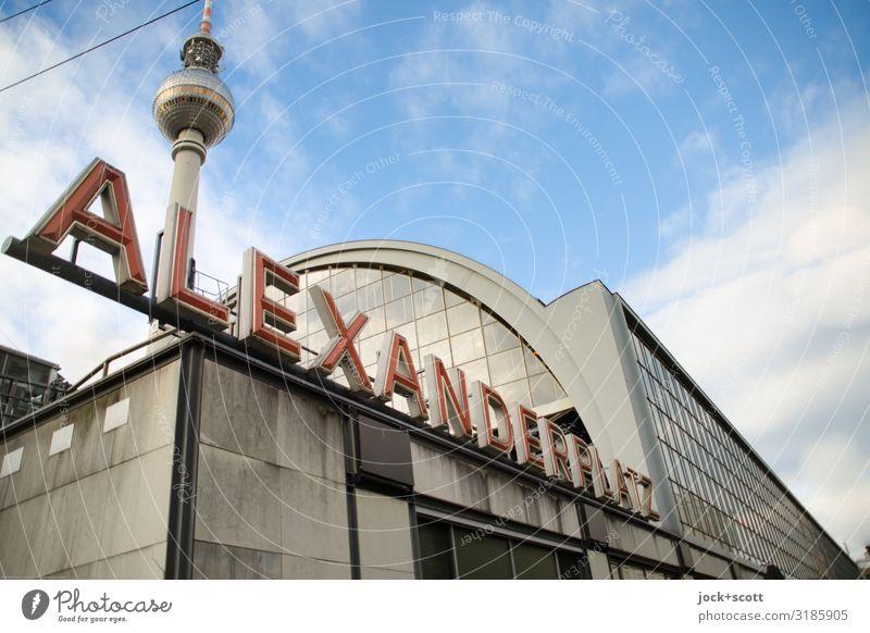 ganz großer Bahnhof Himmel Wolken Architektur Schönes Wetter Sehenswürdigkeit Wahrzeichen Hauptstadt Städtereise Stadtzentrum lang unten Wort Berlin-Mitte