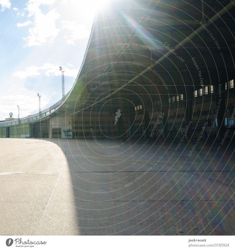Aerodrom Sightseeing Schönes Wetter Bauwerk Hangar Flughafen Flugplatz leuchten Bekanntheit groß hell historisch lang Wärme Stimmung Beginn Ordnung