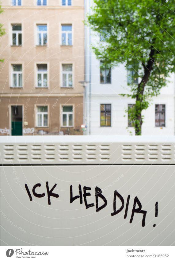 ICK LIEB DIR! vertikal Subkultur Straßenkunst Sommer Schönes Wetter Baum Prenzlauer Berg Stadthaus Gebäude Fassade Fenster Wort Liebe Coolness einzigartig grau