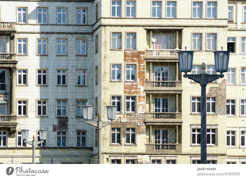Fassade Karl-Marx-Allee Klassizismus Friedrichshain Balkon Sehenswürdigkeit Straßenbeleuchtung authentisch historisch Verfall Vergangenheit Vergänglichkeit