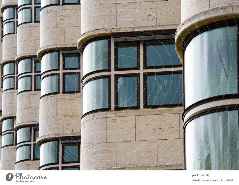 Sachlichkeit einer Hausfassade Architektur Fassade Fenster Sehenswürdigkeit außergewöhnlich glänzend retro Einigkeit einzigartig innovativ Qualität seriös