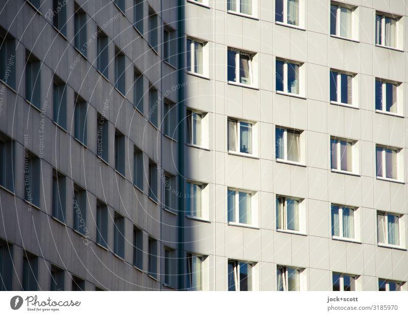 Platten Schönes Wetter Lichtenberg Plattenbau Stadthaus Gebäude Wohnhochhaus Fassade Fenster leuchten authentisch eckig modern trist viele Stimmung