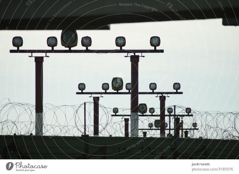Anflug von Licht Luftverkehr Himmel Verkehrswege Landebahnbefeuerung Lampe retro unten viele Stimmung Sicherheit Symmetrie Ziel Stacheldraht hell-blau